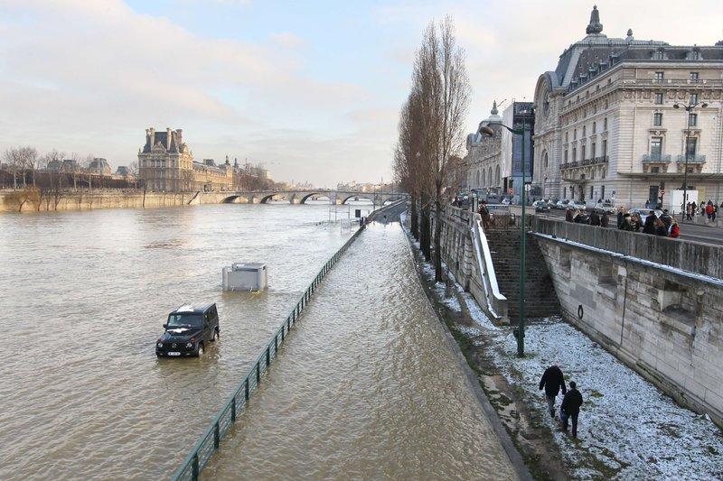 La voie express rive gauche est fermée depuis vendredi soir. La circulation est également impossible sur la voie George Pompidou entre le pont du Garigliano et Bir Hakeim, et entre le souterrain des Tuileries et Mazas.