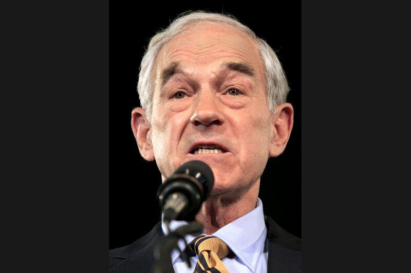 Représentant du Texas à la Chambre, Ron Paul est un des hérauts de l'idéologie libertarienne, qui prône le désengagement de l'État des affaires publiques. Challenger de John McCain en 2008, ce médecin isolationniste de 76 ans est le plus âgé des candidats. Il a fait une remontée surprenante ces dernières semaines, surtout auprès de jeunes attirés par sa position en faveur de la dépénalisation de la drogue. Arrivé troisième dans l'Iowa avec 21% des voix, il pourrait continuer à perturber le jeu dans le New Hampshire puis en Caroline du Sud.