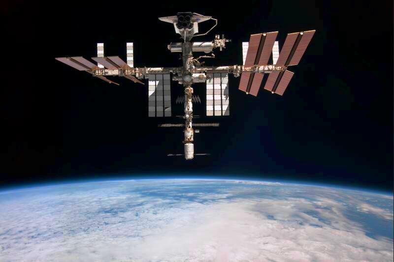 Le troisième orbiteur américain, Atlantis, doit être lancé dans les prochains jours pour sa dernière mission. La Nasa a en effet pris la décision de sous-traiter le ravitaillement de l'ISS à des entreprises privées (SpaceX et Orbital Space Corporation) pour des raisons de coût. Les cargos européen et japonais poursuivront toutefois quelques missions de ravitaillement. Les capsules Soyouz continueront à amener et ramener les équipages tournants de l'ISS.