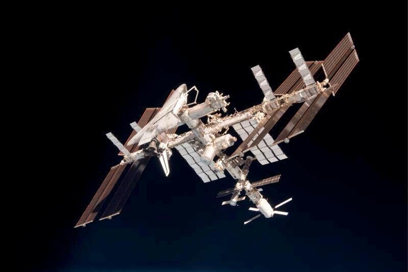 La navette Endeavour, qui est encore arrimée à l'ISS sur cette photo, est depuis retournée sur Terre pour la dernière fois. La navette Discovery avait quant à elle effectué son ultime voyage en février. C'est d'ailleurs à ce moment là que la Nasa voulait initialement prendre ses photos car tous les vaisseaux de ravitaillements étaient alors amarrés à la station. Les autorités russes avaient toutefois refusé cette demande car la manœuvre exigeait un ré-amarrage jugé dangereux de la capsule Soyouz. Depuis, le cargo japonais HTV est allé se désintégrer dans l'atmosphère et ne figure donc pas sur la photo de famille.
