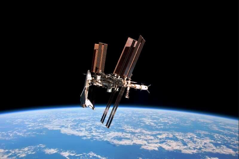 Alors qu'il rentrait de la station spatiale internationale le 23 mai, l'astronaute italien Paolo Nespoli a pris quelques clichés magnifiques. Si les photos prises depuis l'intérieur de l'ISS sont monnaies courantes, les vues extérieures sont beaucoup plus rares. La Nasa a dû batailler ferme avec l'agence spatiale russe, Roscosmos, pour obtenir le droit de survoler pendant 15 minutes la station dans la capsule Soyouz qui a ramené l'équipage 27 sur Terre. L'équipage 28 qui prend la relève s'est amarré vendredi à la station pour une mission qui doit s'achever en novembre.