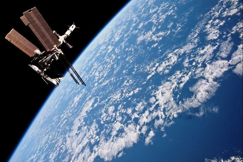 L'initiative de l'ISS a été prise en 1984 par le président américain Ronald Reagan. L'objectif scientifique est la réalisation d'expériences en micropesanteur. Sur le plan diplomatique, c'est une des plus importantes collaborations internationales. Les États-Unis, la Russie (qui rejoint le projet en 1993), le Canada et onze pays européens, dont la France, y participent activement. Le premier module est lancé en 1998. La station est aujourd'hui longue de 100m et contient notamment plusieurs laboratoires et un module d'habitation. Deux capsules Soyouz de sauvetage y sont arrimées en permanence en cas de problème. Environ 2500 mètres carrés de panneaux solaires fournissent les 100 kW d'électricité nécessaires à l'autonomie de la structure. Les moteurs des cargos qui viennent s'amarrer permettent quant à eux la correction régulière de l'orbite de l'ISS qui perd régulièrement de l'altitude.