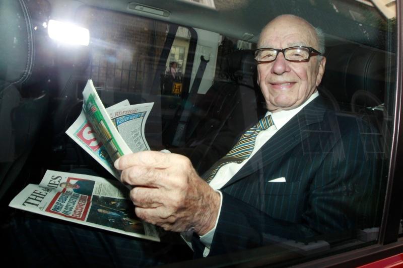 L'Australien Rupert Murdoch possède un empire médiatique dans le monde anglophone. Son groupe News Corp comprend ainsi le Wall Street Journal, Fox News, le New York Post, le Herald Sun ... Au Royaume-Uni, Murdoch possède le vénérable Times, et les tabloïds populaires The Sun et News of the World, qu'il a été contraint de fermer le 7 juillet en raison du scandale des écoutes. Il a aussi dû abandonner son projet controversé de rachat total du bouquet britannique de chaînes par satellite BSkyB.Tentant de calmer la tempête politico-judiciaire, Murdoch a publié des excuses dans la presse, sacrifié un de ses lieutenants aux États-Unis, Les Hinton, et rencontré les parents de Milly Dowler.