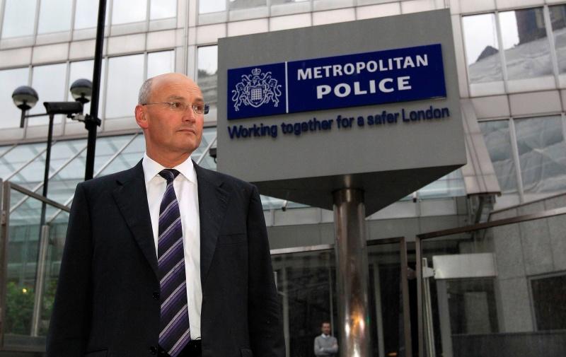Paul Stephenson, patron de Scotland Yard, a été contraint à la démission le 17 juillet, en raison de ses liens avec l'un des anciens cadres de News of the World, Neil Wallis. Ce dernier occupait le poste de rédacteur en chef adjoint de 2003 à 2007, soit pendant la période présumée des écoutes illégales. Neil Wallis a travaillé comme consultant en relations publiques pour le compte de Scotland Yard jusqu'en septembre 2010.Paul Stephenson a affirmé avoir démissionné