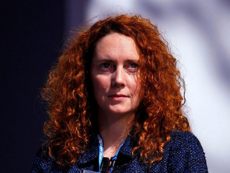 Rebekah Brooks est souvent dépeinte comme la protégée de Rupert Murdoch. Entrée à 21 ans comme assistante à News of the World, elle en devient rédactrice en chef huit ans plus tard. La jeune femme dirige le tabloïd de 2000 à 2003, soit à l'époque des débuts présumés des écoutes téléphoniques illégales. Elle a toujours nié avoir eu une quelconque connaissance de ces pratiques. En 2009, elle arrive à la tête de News International, qui regroupe tous les titres de presse britanniques détenus par Rupert Murdoch. Au coeur du scandale des écoutes, sa démission est réclamée par Ed Miliband, chef du Labour. Elle s'exécute le 15 juillet, avant d'être brièvement arrêtée par la police britannique.