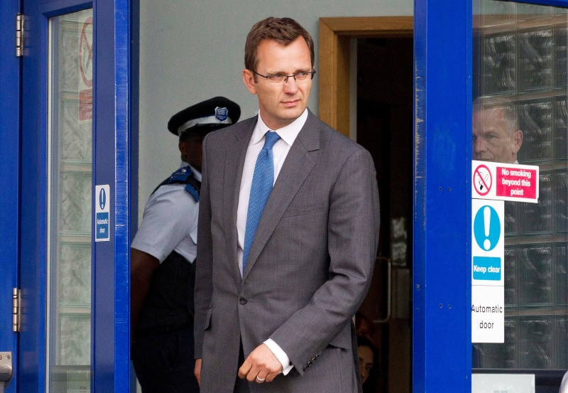 Andy Coulson a été le rédacteur en chef de News of the World de 2003 à 2007, soit pendant la période présumée des écoutes illégales. Il a été contraint à la démission en 2007 après la condamnation d'un de ses journalistes et de Glenn Mulcaire pour des écoutes téléphoniques illégales.Peu après sa démission, Andy Coulson a été embauché par le futur premier ministre David Cameron en tant que porte-parole et directeur de la communication. Il a quitté ce poste en janvier à cause des suites de cette affaire. Il a été arrêté le 8 juillet puis libéré sous caution.