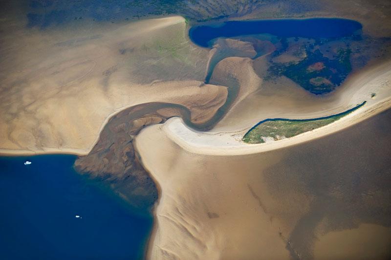 Une langue de sable d'Arcachon semblable à la côte australienneL'archipel des îles Whitsundays, au large des côtes du Queensland, est une destination des plus prisées en Australie. Tout comme le banc d'Arguin du bassin d'Arcachon, en Aquitaine ! Posé entre la dune du Pyla et la pointe du Cap-Ferret, cette langue de sable accueille les vacanciers en été : un lieu propice à des pique-niques hors du commun ! Il fait bon plonger dans cette eau bleu indigo, semblable à celle de la mer de Corail, où se trouvent les Whitsundays.