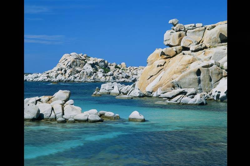 Seychelles, Lavezzi : d'un paradis l'autreSituées au sud de la Corse, les îles Lavezzi ont un doux parfum de Seychelles. Ces criquesabritées des vents puissants qui soufflent dans les bouches de Bonifacio sont appréciées par les marins qui y trouvent des mouillages sûrs... et magnifiques. Rochers gris pâle et mer claire : le cliché n'est pas trompeur : l'archipel des Lavezzi est paradisiaque, tout comme le sont les Seychelles, bien loin de là, au coeur de l'océan Indien.