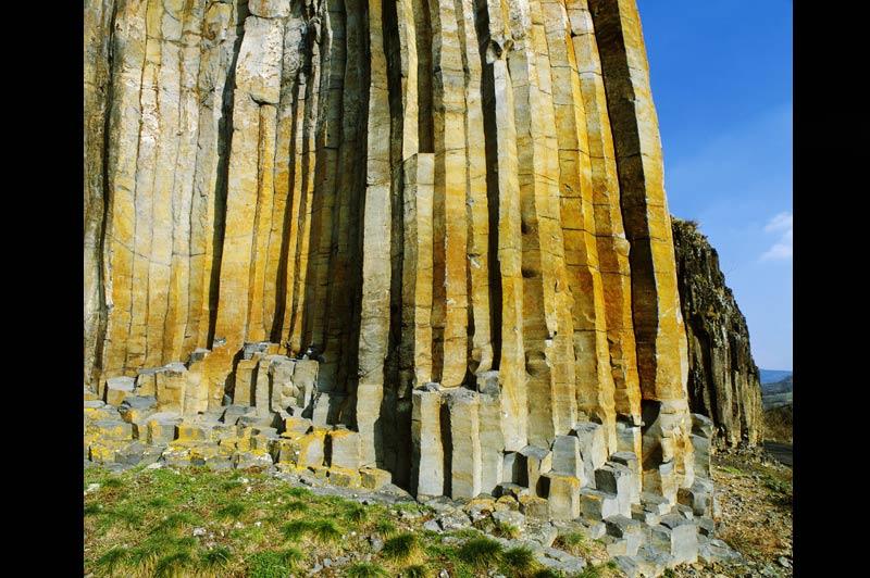 Le Massif central, l'Irlande et les volcansCes orgues de pierre sont la copie conforme de la fameuse Chaussée des géants, en Irlande du Nord.Unsite dont la formation a été provoquée elle aussi par desphénomènes volcaniques. Elles sont visibles en Haute-Loire, non loin de Chilhac. Près de 40.000 colonnes verticales y sont juxtaposées depuis l'éruption, il y a quelques millions d'années, d'un volcan situé non loin de là, le mont Bar. Un lent phénomène de refroidissement des coulées volcaniques a donné naissance à ces structures minérales, quasi parfaitement hexagonales.