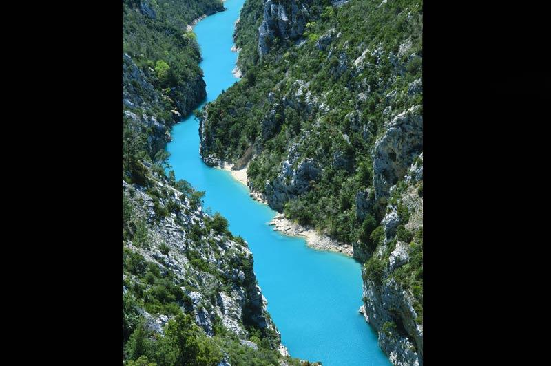 Au Mexique ou en France, toujours bleuAgua azul, Verdon... Au Mexique comme en France, l'incroyable intensité de couleur de ces rivières a valu leur nom à ces sites. Les coloris de bleu et d'émeraude sont dus au calcaire dans lequel le Verdon a tracé son chemin, creusant dans le massif montagneux un des plus grands canyons d'Europe : les falaises qui bordent le Verdon peuvent atteindre 700 m de haut. Et au fond de la vallée, les eaux bleues font les délices des touristes qui, ici comme là-bas, cherchent un peu de fraîcheur.