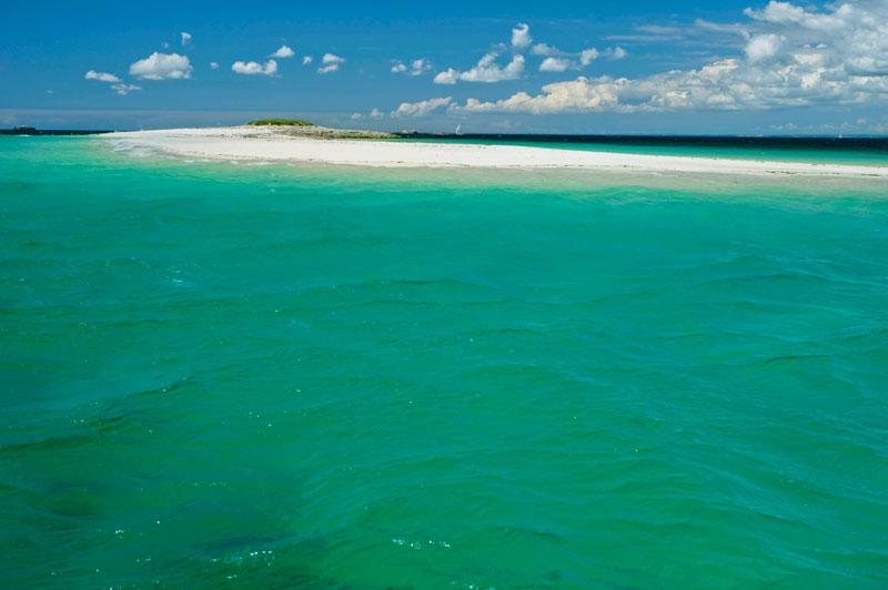 Un air de Caraïbes au large du pays bigoudenMagie des îles lointaines. Eaux turquoise, sable blanc, ciel d'azur et farniente... Les rayons du soleil jouent avec les vaguelettes, la plage est vierge. Cette eau limpide est digne des plus beaux lagons des côtes caraïbes. Et pourtant, cette photo a été prise dans l'archipel des Glénan, en Bretagne, à une dizaine de milles marins au sud de Fouesnant, dans le Finistère. Et gare à celui qui s'apprêterait à plonger dans ces eauxlà: c'est un bain à 14 °C qui l'attend. On est bien loin de la mer des Antilles, dont la température est généralement supérieure à 26 °C.