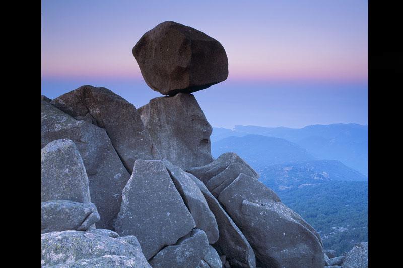 En Corse, le granit funambule comme en AustralieSisyphe aurait-il enfin réussi à se débarrasser de son encombrant fardeau ? L'Omu di Cagna, cette boule de 1500 tonnes, est posée à l'extrémité sud de la chaîne montagneuse qui parcourt la Corse. Elle semble pourtant prête à dévaler à tout instant les 1200 m de dénivelé qui la relient à la plaine de Sotta et au golfe de Figari. Ce bilboquet de granit est né d'un phénomène d'érosion très proche de celui qui a causé la création des Billes du diable, à plusieurs milliers de kilomètres de là, dans le Territoire du Nord, en Australie.