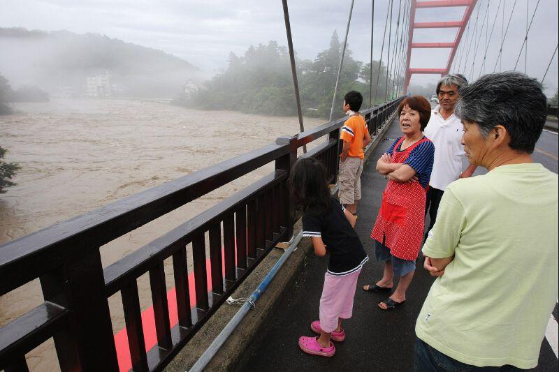 Les autorités ont fait appel aux Forces d'auto-défense pour participer à la recherche des disparus et aux secours des personnes bloquées par les glissements de terrain et les inondations.