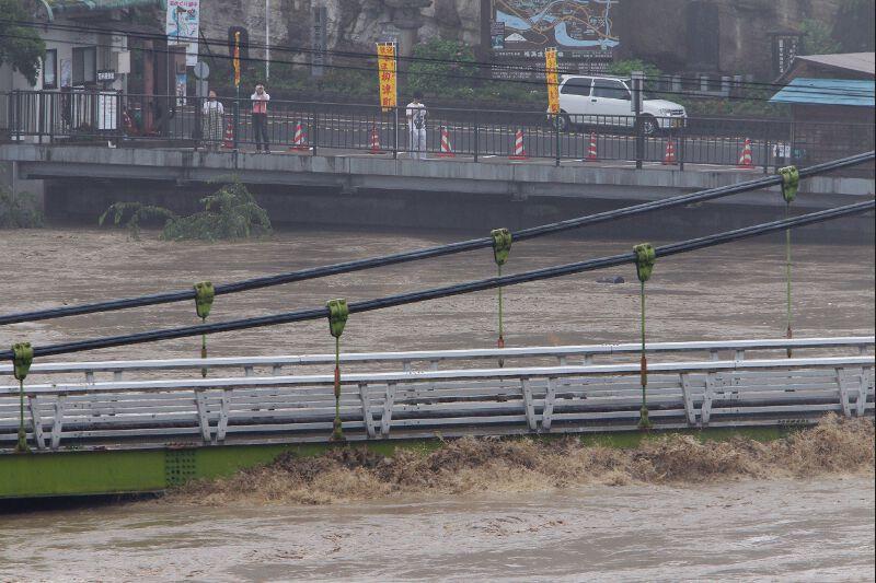 La télévision publique NHK a montré des images de ponts partiellement submergés sur le fleuve Shinano, dans la région de Niigata, d'arbres et de poteaux télégraphiques arrachés. Dans cette région, la ville de Karaïte était complètement inondée et ses routes submergées.