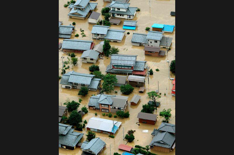 Les prévisions météo ont mis en garde contre la persistance de pluies torrentielles dans les jours à venir. Les précipitations ont atteint 1.000 millimètres depuis mercredi à Tango, à 250 km au nord-ouest de Tokyo.