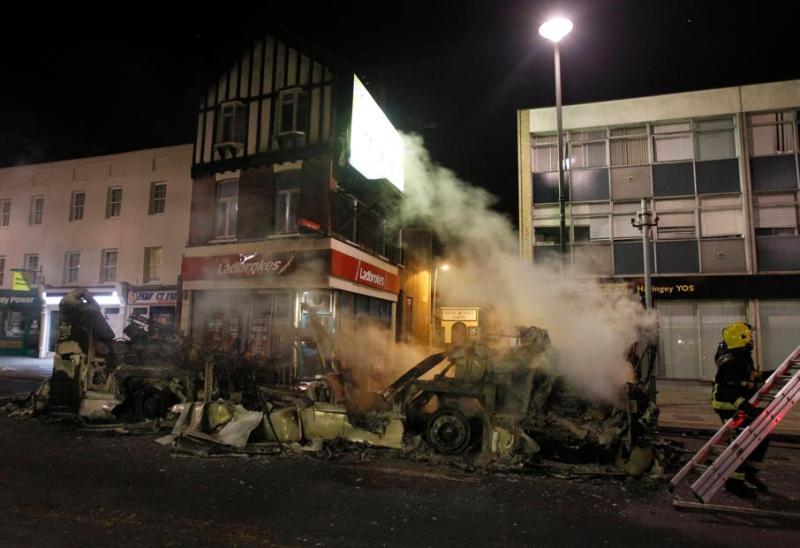 Ces violences sont les pires constatées depuis des années dans la banlieue de la capitale britannique, même si celle-ci avait connu dans son centre ces derniers mois des manifestations à l'appel d'étudiants et de syndicats.