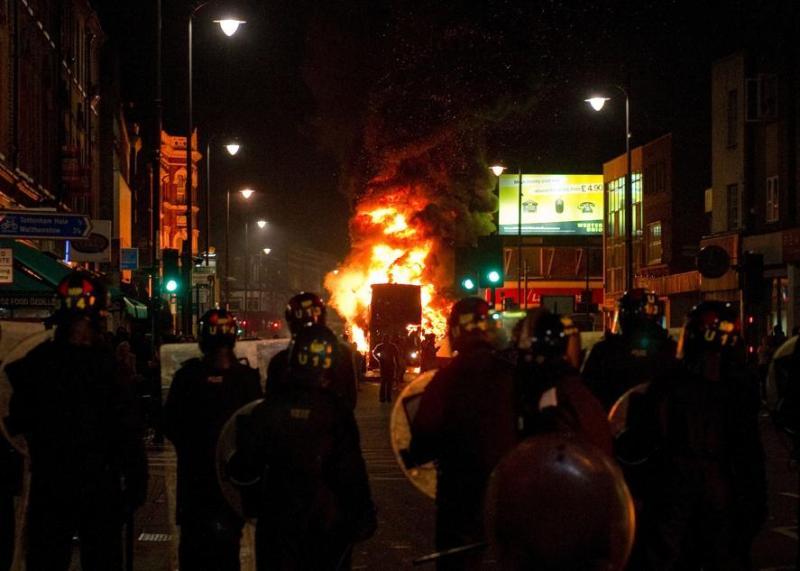 Le contrôle de la rue principale de Tottenham a été repris difficilement dans la soirée par les forces de police qui avaient été assaillies à coups de projectiles et de cocktails molotov par des centaines de personnes en colère. Parmi les 29 blessés, 26 sont des policiers, dont deux étaient encore hospitalisés dimanche.