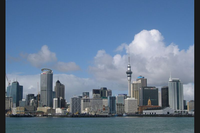 10 - Auckland, située sur l'île du Nord de la Nouvelle Zélande, l'agglomération compte 1,3 millions d'habitants, un quart de la population du pays, et les données démographiques montrent qu'elle va continuer à croître rapidement.