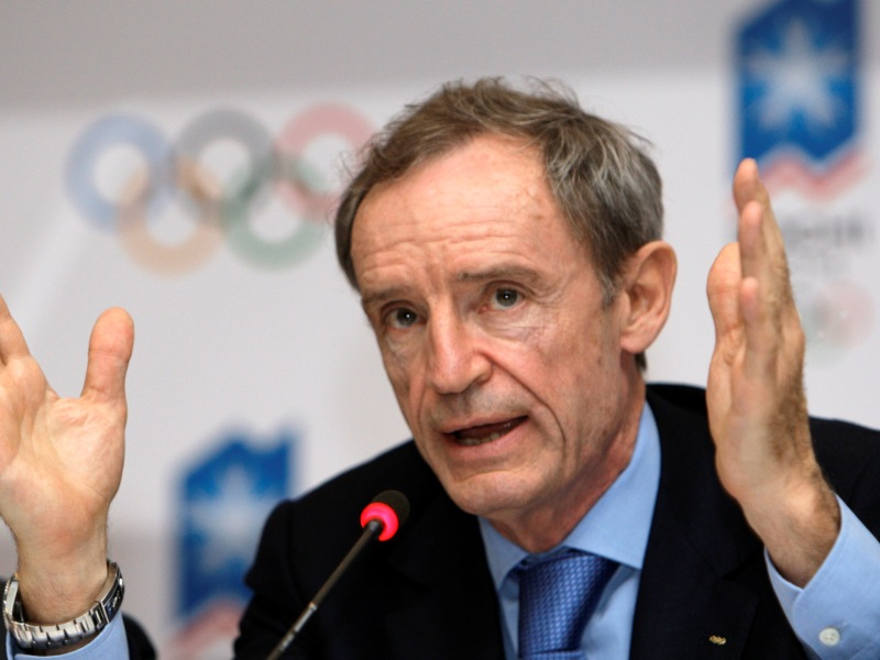 Jean-Claude KILLY  Triple champion olympique à Grenoble en 1968 (descente, slalom, géant), Jean-Claude Killy a également remporté six titres de champion du monde (deux en 1966 et quatre en 1968). Il arrête sa carrière après les Jeux Olympiques de Grenoble à 24 ans et se lance dans les sports mécaniques en participant notamment aux 24 heures du Mans. Après les Jeux olympiques d'Albertville en1992, dont il a été co-président du Comité d'organisation, Jean-Claude Killy prend la tête d'Amaury sport organisation, société qui organise notamment le Tour de France ou le Paris-Dakar qu'il quitte en 1999. Il est membre du Comité international olympique depuis 1995.