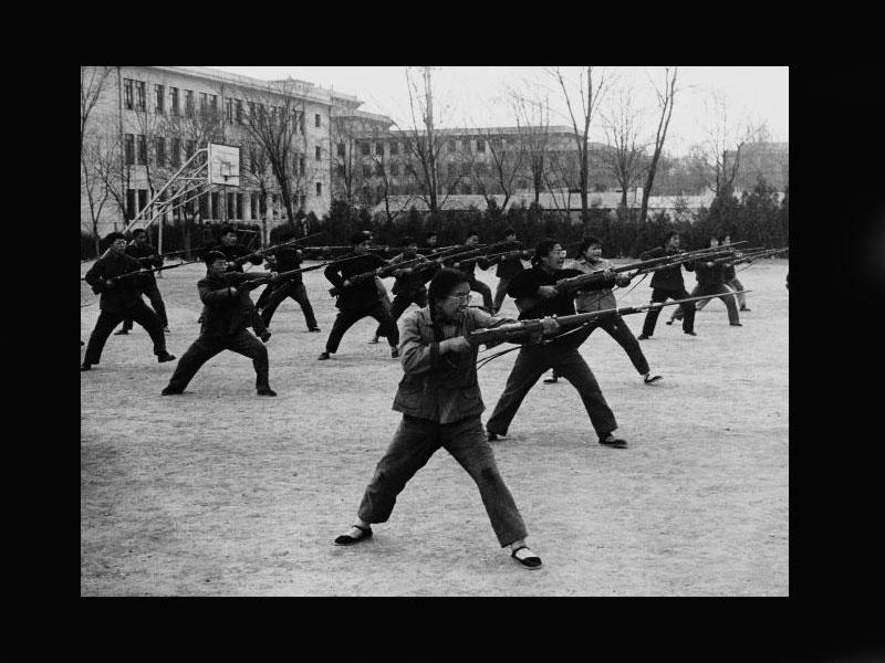 Chine, Beijing, Avril 1965«Ces jeunes hommes et femmes chinois organisent, en plein air, des exercices avec des baïonnettes, visant principalement l'Amérique. Mao a demandé à ses compatriotes de se préparer à une attaque américaine.»