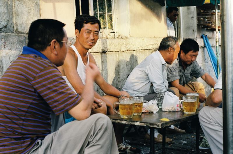 Bière et grignotages, un soir d'été à Qingdao (Chine)