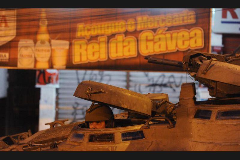 Dans les ruelles étroites et escarpées de la favela, des femmes pleuraient, et des habitants avaient déployé des draps blancs à leurs fenêtres en signe de paix. De rares habitants observaient derrière leurs fenêtres la progression des policiers.