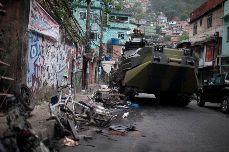 La Rocinha est la 19e favela à être reprise aux narcotrafiquants qui y font la loi depuis trente ans. Les quartiers proches du mythique stade du Maracana ont été occupés il y a quelques mois. En signe de victoire, les forces de sécurité ont hissé un grand drapeau brésilien au point le plus élevé du quartier.