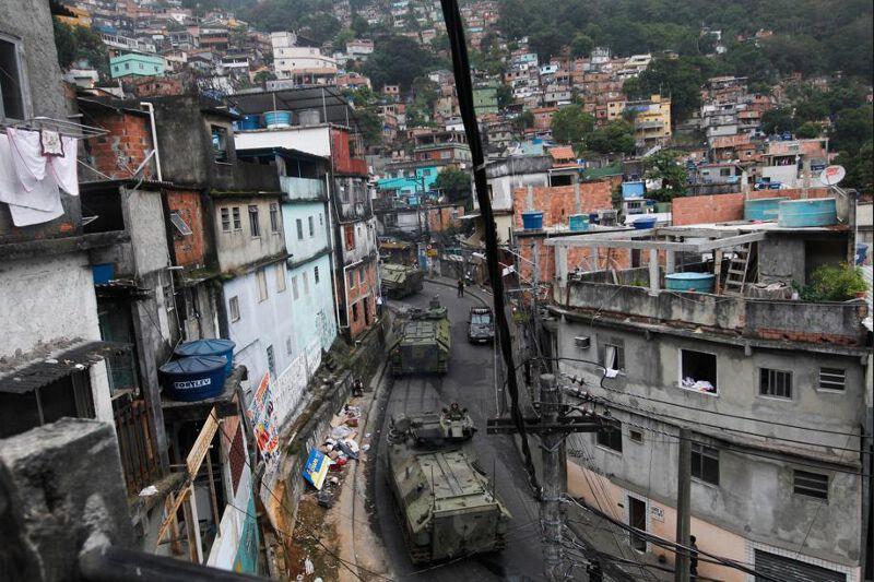 L'opération, la plus importante jamais montée à Rio, a mobilisé plus de 2000 policiers et militaires, dont 200 fusillers marins, et des centaines de policiers des forces de choc, appuyés par dix-huit transports de troupes blindés de la marine et des hélicoptères.