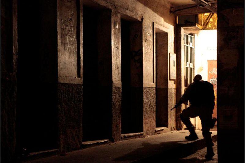 Selon les autorités, environ 200 trafiquants de drogue fortement armés se trouvaient à l'intérieur de la Rocinha en dépit de l'arrestation dans la nuit de mercredi à jeudi du trafiquant le plus recherché de la ville, Antonio Francisco Bomfim Lopes, alias