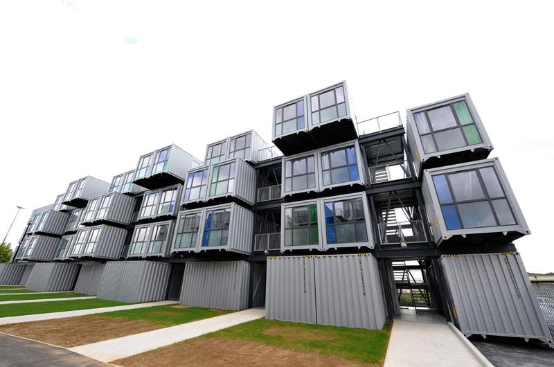 Le Havre – France – Et si on logeait les étudiants dans des boîtes pour lutter contre la pénurie de logements ? C'est ce qu'a imaginé et conçu un architecte en proposant ces immeubles en conteneurs. Inaugurées en 2010, les résidences accueillent aujourd'hui une centaine d'étudiants.