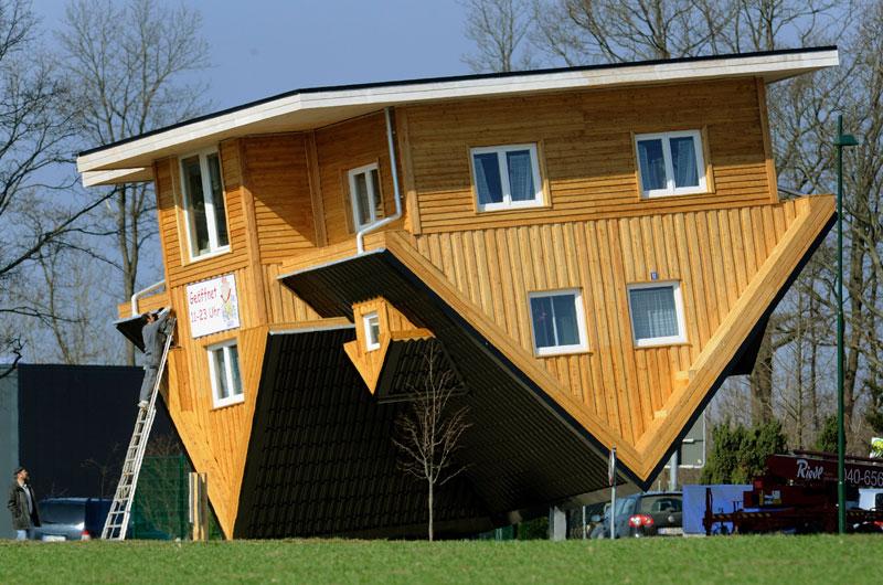 Bispingen – Allemagne – Cette maison appelée la « Crazy House » est une véritable curiosité, tout jusqu'à la douche y est inversé. Ce concept renversant offre de nouvelles perspectives au visiteur en  lui permettant d'expérimenter ce que serait la vie la tête en bas...