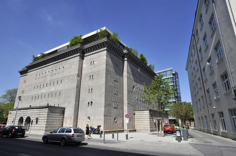 Berlin – Allemagne - Construit en 1942, pour se protéger des raids aériens, ce bunker berlinois de 5 étages a servi successivement de prison, d'entrepôt de stockage de fruits et légumes, de club « underground » et finalement de galerie d'art. Christian Boros, propriétaire depuis 2003, s'y est fait construire un penthouse au dernier étage.