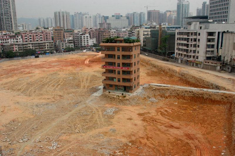 Shenzen – Chine – Malgré la bulle immobilière qui menace, la Chine construit, urbanise et réaménage ses villes à grande vitesse. Mais parfois un caillou vient enrayer la mécanique, comme ici où le propriétaire de l'immeuble refuse de partir, bloquant ainsi un gigantesque projet immobilier.