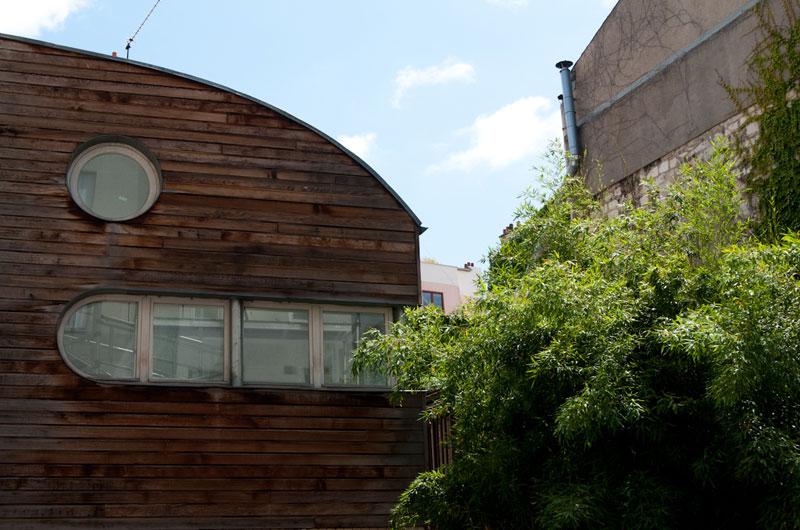Paris – France - Le vingtième arrondissement regorge de coins et de recoins dévoilant au promeneur des quartiers atypiques et attachants. Cette construction en bois ne déroge pas à la règle avec sa façade tout droit sortie d'un jeu vidéo.
