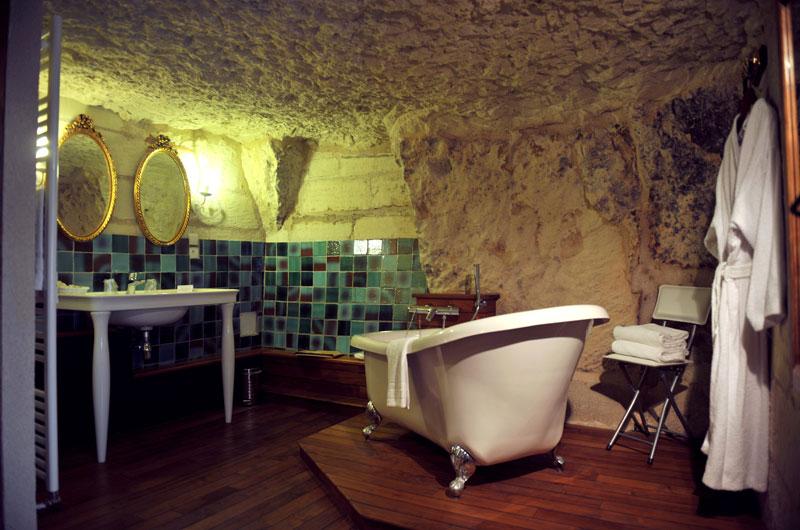 Turquant - France – Mieux que la pierre, la roche ! Ce village pittoresque abrite des habitations troglodytes qui dominent la Loire et les coteaux de Saumur. Plusieurs gîtes accueillent les visiteurs souhaitant prolonger l'expérience et passer une ou plusieurs nuits dans ces « cavernes » de luxe.