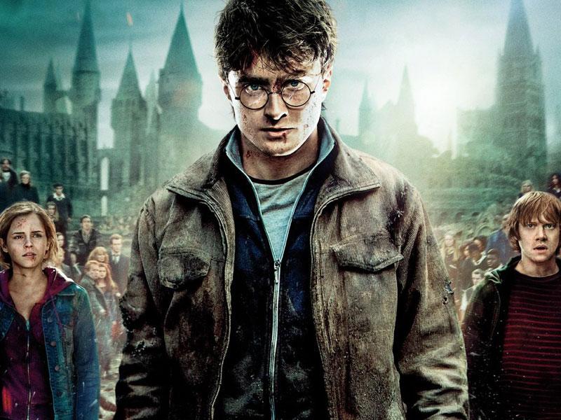 Meilleur scénario adapté : Harry Potter et les Reliques de la Mort- 2ème partieHarry Potter n'est pas le meilleur film de l'année. Et le dernier volet de la saga n'est pas la meilleure adaptation des best-sellers de J.K. Rowling. Mais quand même: avec ce huitième film, c'est toute une ère de l'histoire du cinéma qui se clôt. L'Académie des Oscars n'a jamais nommé aucun Harry Potter ailleurs que dans des catégories mineures (meilleurs effets visuels, meilleurs maquillages...). Nous aurions aimé qu'elle fasse un geste pour le dernier, en reconnaissance de ce que le petit sorcier binoclard représente pour toute une génération.