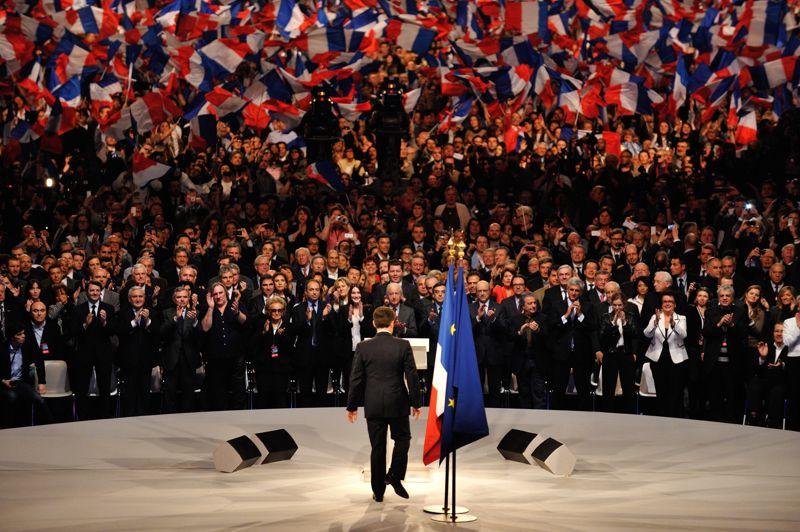 L'entrée en campagne pour un second mandatAu terme d'un mandat de cinq ans marqué par plusieurs réformes   retraites, autonomie des universités, etc -, une grave crise économique et une impopularité record dans l'opinion, Nicolas Sarkozy, 57 ans, annonce sa volonté de briguer un deuxième mandat le 15 février 2012, sur TF1. Une déclaration qui met fin à plusieurs mois de suspense alors que son principal rival, François Hollande, a été désigné candidat du Parti socialiste, le 16 octobre, après une primaire interne. Sur la photo, Nicolas Sarkozy à Villepinte le 11 mars, l'un de ses plus gros meetings.