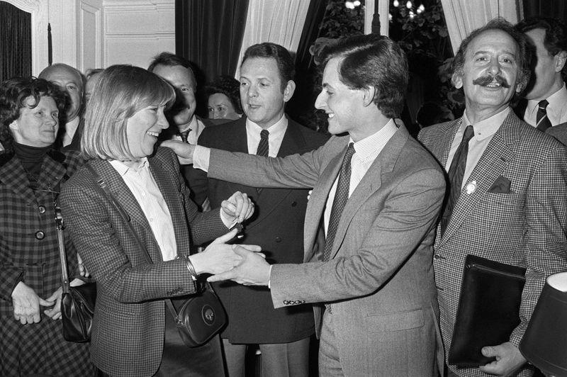 La prise de la mairie de Neuilly-sur-SeineC'est en 1983 que sa carrière connaît son premier grand tournant. Le 29 avril, Nicolas Sarkozy s'empare de la mairie de Neuilly, dans les Hauts-de-Seine, au nez et à la barbe de son mentor, le RPR Charles Pasqua. Il succède à Achille Peretti, décédé subitement d'une crise cardiaque et devient ainsi, à 28 ans, l'un des plus jeunes maires de France. Cinq ans plus tard, il fait son entrée à l'Assemblée nationale, en tant que député de la 6e circonscription des Hauts-de-Seine. Sur la photo, Nicolas Sarkozy se fait féliciter par sa première épouse, Marie-Dominique, née Culioli, après son élection à la mairie de Neuilly.