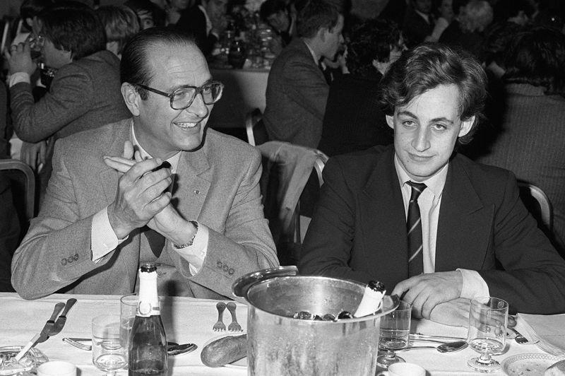 Un engagement précoce en politiqueNicolas Sarkozy tombe dans le bain politique à l'âge de 19 ans, lors de ses années en faculté de droit. Il milite d'abord à l'Union des démocrates pour la République (UDR), avant d'adhérer au Rassemblement pour la République (RPR) en 1976. Le jeune homme gravit rapidement les échelons: il est nommé délégué national des jeunes RPR en 1978, puis secrétaire national en 1981. Parallèlement, il devient en 1977 conseiller municipal à Neuilly-sur-Seine. S'engageant au côté de Jacques Chirac, Nicolas Sarkozy est chargé, en 1981, du comité de soutien des jeunes qui appuient sa candidature à la présidentielle. Il participera également à sa campagne de 1988. Ici, lors d'un dîner avec Jacques Chirac, alors maire de Paris, le 24 mars 1981 à Paris.