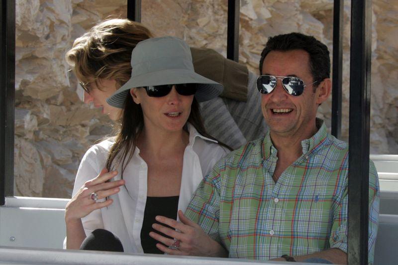 Un divorce et un remariagePremier président en poste à divorcer, Nicolas Sarkozy est aussi le premier à se marier à l'Élysée. Après sa séparation par «consentement mutuel» avec Cécilia Sarkozy en octobre 2007   leur couple battait de l'aile depuis plusieurs mois -, le président affiche un amour naissant avec l'ex-mannequin Carla Bruni. Apparition à Disneyland Paris, vacances en Jordanie… Le nouveau couple fait l'objet d'une très forte attention des médias français. Après avoir confié lors d'une conférence de presse en janvier 2008 «avec Carla, c'est du sérieux», Nicolas Sarkozy l'épouse en troisièmes noces début février. Sur la photo, Nicolas Sarkozy et Carla Bruni au début de leur idylle le 26 décembre 2007 en vacances à Louxor, en Égypte.