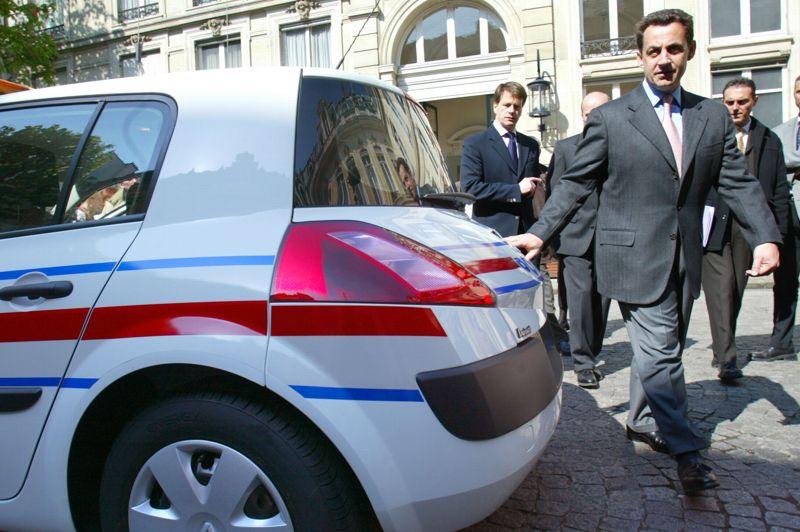 2002, le retour en grâce dans le clan chiraquienAprès avoir essayé vainement de revenir en grâce au RPR entre 1997 et les élections européennes de 1999, où il est tête de liste au niveau national, Nicolas Sarkozy ne retrouve sa place au sein du clan chiraquien qu'à partir de la campagne présidentielle de 2002, lorsqu'il travaille à la réélection du président sortant. Reconduit dans ses fonctions, Jacques Chirac lui confie les rênes du ministère de l'Intérieur dans le gouvernement de Jean-Pierre Raffarin. S'engage une période de cinq ans au cours de laquelle Nicolas Sarkozy prépare progressivement le terrain en vue de la présidentielle de 2007. Malgré un bref passage à Bercy (2004-2005), Nicolas Sarkozy s'illustre surtout à Beauvau (2002-2004, 2005-mars 2007), où il endosse les habits de premier flic de France et ne s'économise pas en déplacements pour montrer son volontarisme. Sur sa route vers l'Élysée, le ministre a aussi prévu de s'emparer de l'UMP. C'est chose faite en novembre 2004. Il en restera le président jusqu'à son élection à l'Élysée, en mai 2007. Sur la photo, Nicolas Sarkozy, ministre de l'Intérieur, se fait présenter de nouveaux modèles de véhicules pour la police et la gendarmerie le 11 avril 2003, place Beauvau.