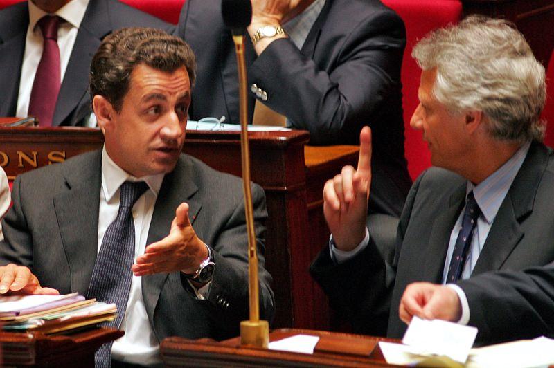 L'affaire ClearstreamAu cours de son irrésistible ascension vers l'Élysée, Nicolas Sarkozy doit toutefois compter sur un adversaire de taille, son ennemi de longue date, Dominique de Villepin. L'affaire Cleartsream, révélée en 2006 et qui met en cause Nicolas Sarkozy, montre au grand jour la rivalité entre le premier ministre et le patron de Beauvau. Ce dossier hors norme   une vaste affaire de manipulation menée avec de faux listings de la chambre de compensation luxembourgeoise Clearstream - se terminera en septembre 2011 par la relaxe en appel de l'ancien premier ministre. Ce dernier avait dénoncé en première instance «l'acharnement d'un homme», Nicolas Sarkozy, contre lui. Ici, le ministre de l'Intérieur Nicolas Sarkozy et le premier ministre Dominique de Villepin à l'Assemblée nationale, pendant la séance de questions au gouvernement, le 17 mai 2006.