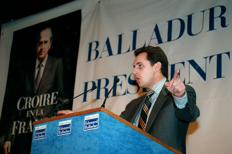 1995, l'année de la «trahison» Lors de la campagne présidentielle de 1995, Nicolas Sarkozy, ministre du Budget et porte-parole du gouvernement de cohabitation, donne un nouveau cap à son parcours politique, en s'engageant au côté du premier ministre et favori des sondages, Edouard Balladur. Un engagement qu'il prend au détriment de Jacques Chirac, un des ses «pères» en politique. Le maire de Paris et futur président de la République ne lui pardonnera jamais complètement cette trahison. Après la victoire de ce dernier, Nicolas Sarkozy, repoussé par les Chiraquiens, commence une traversée du désert de plusieurs années. Ici, lors d'un metting de soutien à Edouard Balladur le 28 février 1995 dans les Ardennes.
