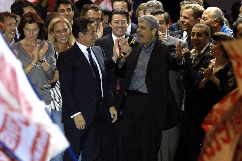 Une victoire immédiatement suivie de polémiquesLe 6 mai 2007, Nicolas Sarkozy est élu président de la République à 53,06% des voix face à la socialiste Ségolène Royal. La passation de pouvoir avec son prédécesseur, Jacques Chirac, se fait le 16 mai. Mais plusieurs polémiques entachent déjà le quinquennat à venir du nouveau chef de l'État: soirée électorale au Fouquet's, séjour sur le yacht de Vincent Bolloré… Le style «bling-bling» de Nicolas Sarkozy est pointé du doigt. Sur la photo, Nicolas Sarkozy fête sa victoire le 6 mai 2007 place de la Concorde, à Paris, où sont réunis tous ses supporters.