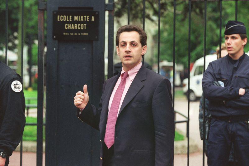 Son fait d'armes à NeuillyFait marquant du parcours politique de Nicolas Sarkozy: la prise d'otages en 1993 dans l'école maternelle Commandant Charcot de Neuilly-sur-Seine, la ville dont il est maire. En se rendant sur place pour négocier directement avec le forcené qui retient 21 enfants en otage, Nicolas Sarkozy donne l'image d'un homme politique volontaire et prêt à monter au front. Il ressort de sa négociation avec «Human Bomb» avec un enfant dans les bras. L'image fera la Une des médias et forgera sa réputation d'homme prêt à mouiller la chemise sur les dossiers les plus délicats.