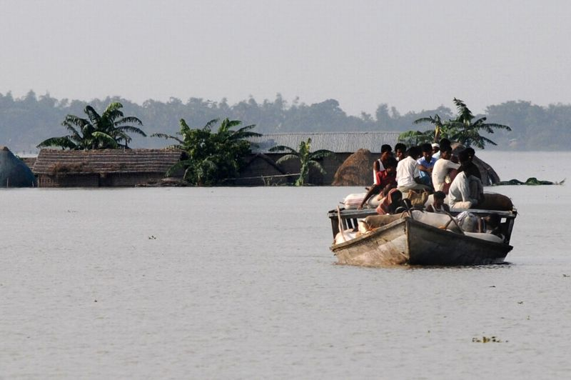 Au nord-est de l'Inde, des inondations dues aux pluies saisonnières de la mousson ont depuis la semaine dernière durement frappé l'État de l'Assam, frontalier du Bhoutan et du Bangladesh.