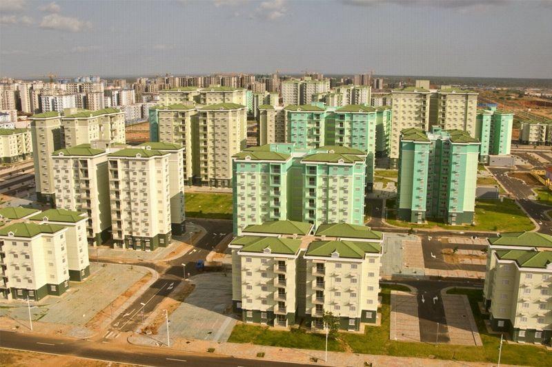 Si la ville est déserte c'est notamment parce que le prix d'achat des appartements est élevé. Il oscille entre 120.000 et 200.000 dollars alors que les deux tiers des Angolais gagnent moins de 2 dollars par jour. Le gouvernement angolais a toutefois annoncé qu'une partie allait se transformer en logements sociaux et que l'accès au crédit immobilier allait être facilité. (Crédit photo: Facebook)