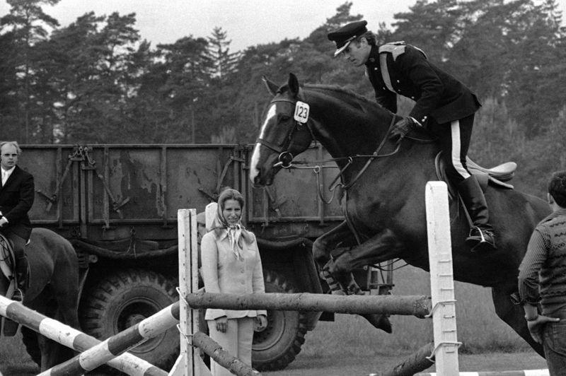 Son premier époux était Mark Phillips (sur cette photo le couple lors d'une compétition en 1973). Le lieutenant dans le Dragon guards de la reine décrocha aux JO de Munich en 1972 la médaille d'or au concours complet. C'est lors de cette olympiade qu'il rencontra la princesse Anne. Ils se marièrent un an plus tard.