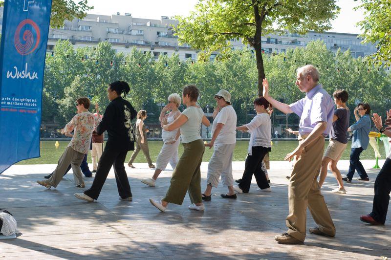 Cours de tai-chi , tous les matins de 10h à 12h sur le Quai de Seine. Des leçons sont aussi dispensées Quai du Louvre, aux mêmes horaires.