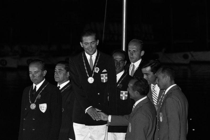Nombre de monarques sont impliqués dans les Jeux olympiques. Mais ils ne se contentent pas uniquement d'assister à la compétition ou de siéger au comité international olympique. Plusieurs ont participé aux JO et ont même inscrit leur nom au palmarès. La catégorie voile est une des favorites des têtes couronnées. Le roi Constantin de Grèce (photo) remporta aux JO de Rome en 1960 une médaille d'or .